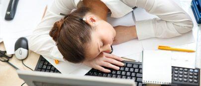 ¿Por qué cuanto más duermo… más cansado?