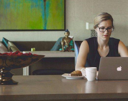 Las mujeres trabajan más horas sin pago